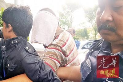 被告林贤孝为押往扣留间时,全场以白色小毛净挡脸部,避开媒体镜头。