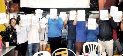 北海20名利物币老玩家到警局报案,申诉利物币害人不浅。左边是勇于面对镜头的小贩张来叶(60岁)。
