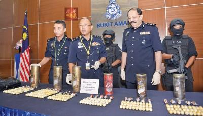 派出所以记者会展示所起获的可卡因毒品。