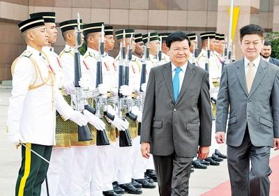 通伦西苏里(左)周三结束对我国的访问,由李志亮陪同经过检阅仪仗队,准备搭机回国。
