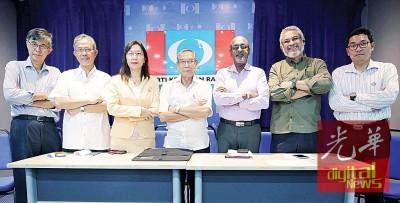 公平党副主席蔡天強(左起)、鸣北区国会议员卡玛鲁丁惹化、郭素沁、阿都拉昔、西华拉沙、卡立沙末同沈志勤遗憾莫哈最后哈欣拒绝接见他们。