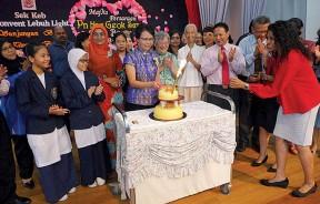 蓝玉心在众嘉宾及师生陪同下切荣休蛋糕。