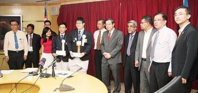 林冠英(右5)通告500令吉奖励与庄展亦(右7)以及郭献靖(左4),出于嘉宾们以及学校代表陪同。