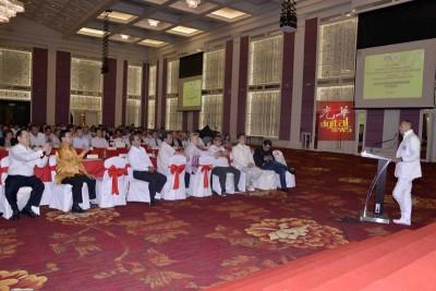 经受兹里到华总主管的华团及纳兹里交流晚会。