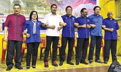 陈德钦(左起)、海伦、再迪、阿都拉曼达兰、迪哇玛尼、邓章耀、慕沙展示国阵2.0新势力。