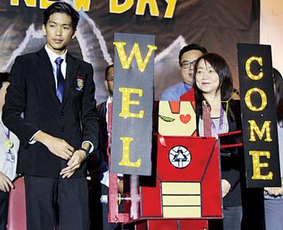 卓月圆(右2),张颖(左2)与各科系主任在迎新日典礼上合影。