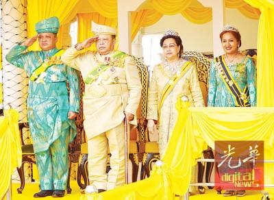 端姑赛西拉祖丁(左2)及端姑赛菲祖丁(左1)在庆祝74岁华诞盛典上,向仪仗队敬礼,旁为拉惹后端姑法霞及王储妃端姑莱拉杜莎琳。