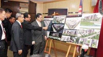 林冠英宣布滨海国际商业服务中心计划,在场者包括拉昔、林峰成、阿菲夫及罗斯里等。