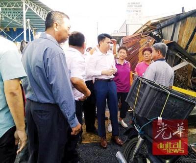 张盛闻(右4)省3家火灾灾民,应马华用救助重建家园。