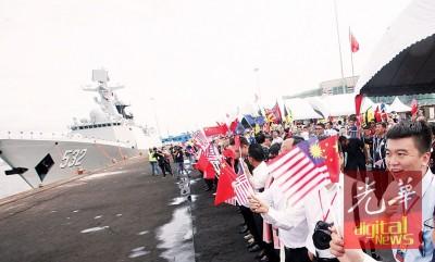 民众挥舞马中国旗迎接舰队到来。