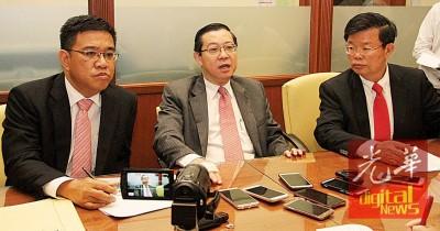 首长林冠英召开记者会回应槟州各姓氏宗联委,行政议员曹观友及首长政治秘书黄汉伟陪同。