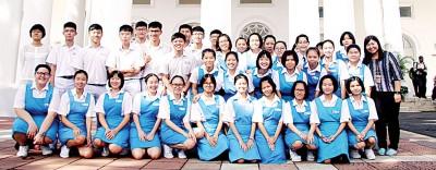 天新独立中师生周二成为槟州议会最让关注客人,全师生和议长刘子健合照。
