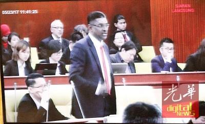 斯里德里玛州议员雷尔被驱逐一天后,重回议会即不断发炮,让议会一片骂声。