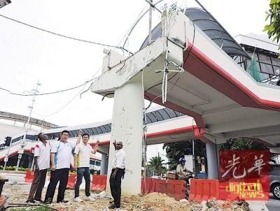 八爪鱼行人天桥延期误工2年3个月还没修好!右2起方群龙及陈宣鍀。
