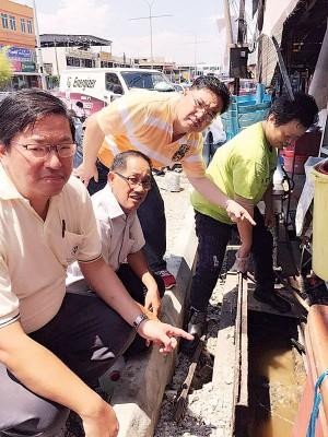 贾商向马华领袖投诉工程碎石流入沟渠的题目,左起是许智勇、沈耀权及陈诠峰。