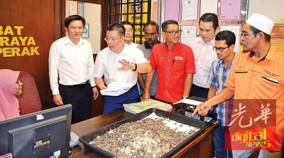 倪可敏(左2)带着超过2万枚硬币到霹州选举委员会抗议,阿末法益(右4)及莫哈末沙益(右1)等人在场陪同。