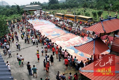 逾千名善信聚集打扪心意佛学院参与晒大佛祈福仪式。