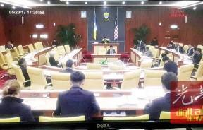 周二下午3时11分至5时40分州议会召开时之间,整排行政议员坐位空荡荡,只剩下章瑛一人苦撑。