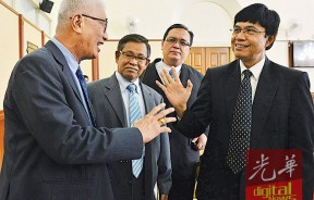 尽管在议会内朝野议员因为政见不同而争论,不过在休会之际依然可见双方依然大方交谈,左起为彭文宝、马慕、沙里夫及莫哈末再因。