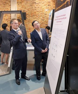 詹斯向林冠英讲解德国再生能源科技展的内容。