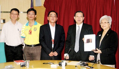 林冠英(右2)和章瑛(右1)接待槟州西洋棋协会会长李友义(左3)、副主席陈永祥(左2)和财政蔡郁章,确认槟州赛事只要衣着得体便可。