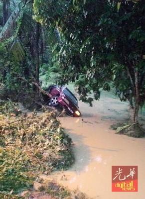 2名女子共乘的汽车,失误坠河,死里逃生。