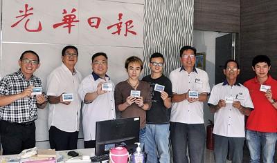 陈诠峰拜访光华日报威省新闻中心,并移交纪念品予出席马华媒体之夜的媒体人。