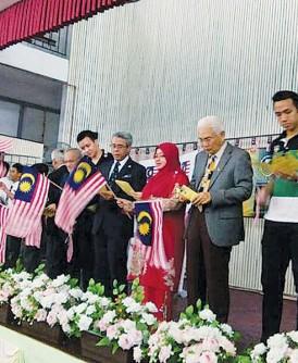 教育总监凯尔(右4)在台上与教师及学生一起高唱《Aku Negaraku》爱国歌曲。