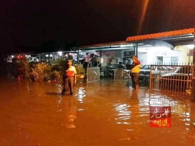 部分住宅区面对水淹入屋的窘境。