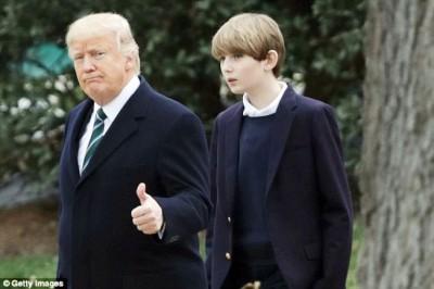 巴伦(右)将和母亲搬到白宫与特朗普同住。