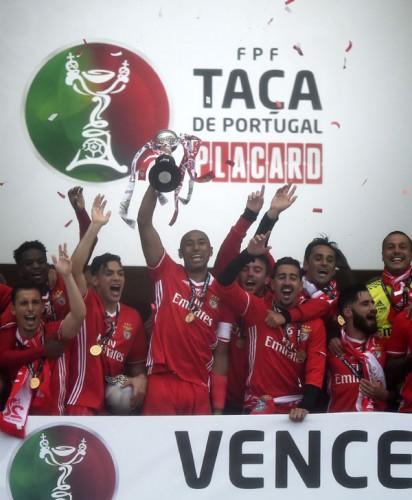 本菲卡队以2比1战胜吉马良斯队,成为三冠王。