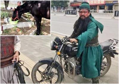 一匹马从一个粤剧演出场所熘走,扮演关羽之扮演者,身披绿锦战袍戏服,跨摩托车赶来将马领回。(网上图片)