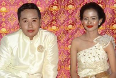 直达里卡(右)当婚礼上鼓足干劲挤出笑容。(互联网图片)
