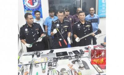 阿兹米向媒体展示在嫌犯车上搜到的行窃用具。