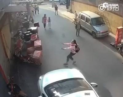 见幼童即将坠楼,小学女生竟然徒手跑去接。