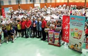 参与活动的同学、教师、本报和杨协成职员在活动开始前拍照留念。