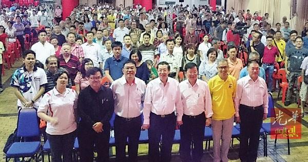 """行动党领袖林峰成(前排右起)、潘俭伟、曹观友、林冠英、黄汉伟、叶舒惠(左)及黄进发(左2)在""""捍卫槟州,入主布城""""讲座会与在场的观众合照。"""