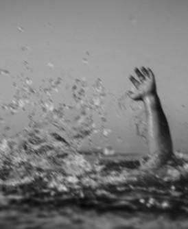 4友相约瀑布戏水,结果其中2人溺毙。