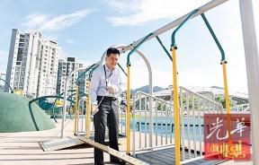 杨庆贺说,只要把栅关起来,乘坐轮椅的孩子就能荡秋千了。