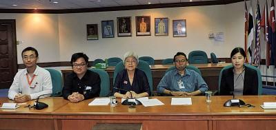 槟城研究院和槟城青年发展机构宣布槟州青年发展问题问卷调查中希望报告。左起:丁国亮、黄进发、章瑛、慕斯达发和杨佩蓉。