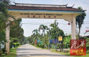 一入峇眼三目新村,即可见多家河鲜餐馆牌子设路旁迎客。
