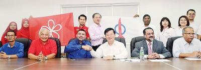 槟土团党与行动党历史性会面,马祖基(左3)与曹观友(右3)握手,共商政治课题。