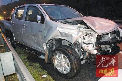四轮驱动车碾过积水致失控撞向大道旁,倒霉撞毙1称好心下车欲帮忙抛锚汽车的拖车员。