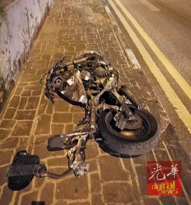 被撞后的摩托车形同废铁。