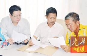 左起张开笔、魏晓隆与王健桐商讨瓜拉尼浪新村木屋被拆除事项。