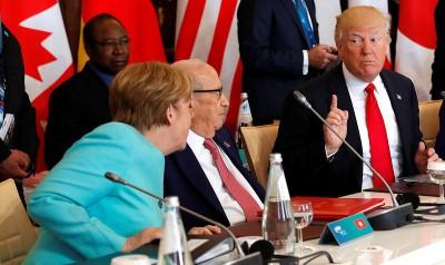 在5月27日举行的G7峰会扩大会议上,特朗普(右)与默克尔(左)以及突尼斯总统埃塞卜西讨论。