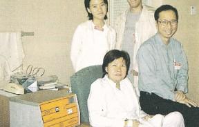 动手术后,嘉平在病房疗养,与家人合影。