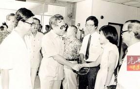 1986年,南华医院落成时,徐嘉平以策划委员会义务秘书身份迎接时任卫生部长麦汉锦。