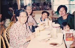 嘉平和两个孩子都曾在六姨(左1)及五姨(左2)的『溺爱』及呵护中长大--三代同堂,其乐融融。