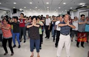 在本报礼堂举行的《生命自救技术》讲座会读者闭目练功,把本报礼堂挤爆。